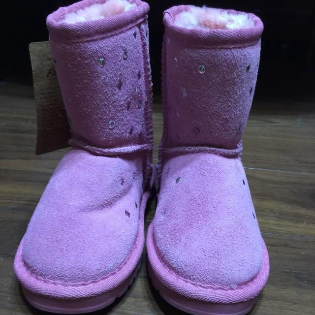 天母購買。  全新粉紅色雪靴超可愛。而且很舒服。 29號。 原價980。  放太久忘記了小孩子一下就不能穿喜歡的趕快把