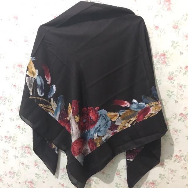Hijab square coklat tua, setiap sudut coraknya beda, look pict 1 dan 2