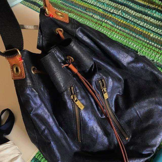 Satana藏藍色特殊仿皮帆布水桶包 大容量