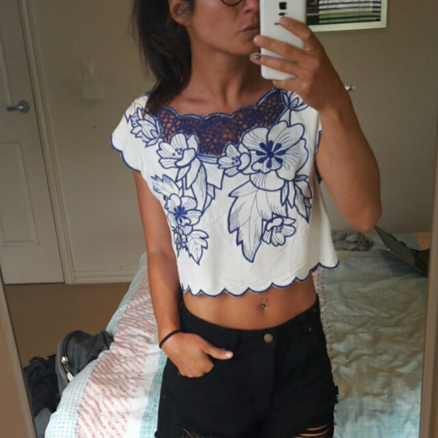 TOBY HEART GINGER Embroidered white cropped top blouse blue tropical gypsy floral pattern vintage retro sz 8
