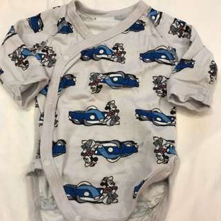 🚚 Uniqlo Baby~灰色米奇小車車包屁衣