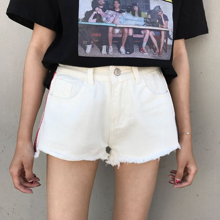 字母拼接白色牛仔短褲