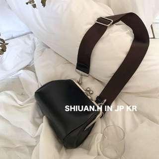 Shiuan H. in KR 2017 11月韓國帶回秋冬新款簡約百搭pu皮復古金屬寬肩帶單肩斜跨包