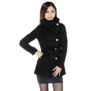 Black coat. Bisa dipakai cuaca dingin.