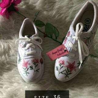 Sepatu kanvas motif
