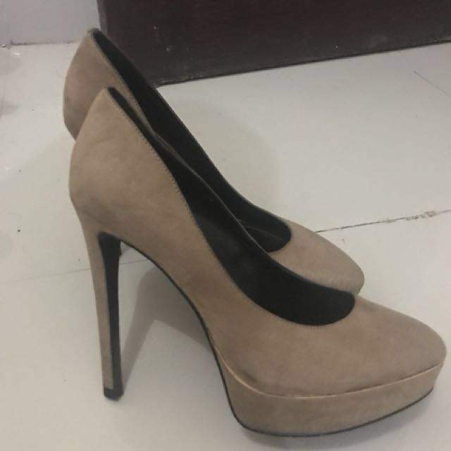 Charles & keith hells shoes . Warna coklat . No deffect . Pemakaian cuma 3x di dalam ruangan (indoor) . Size : 38 . Really really good condition . Bahan : suede