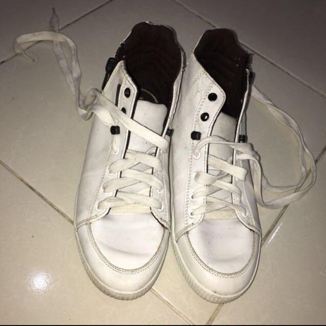 Sepatu by BERSHKA