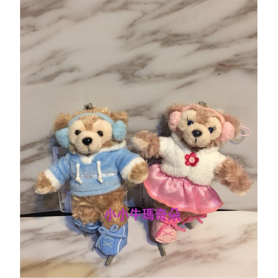 ~小小牛瑪奇朵~2017日本海洋迪士尼聖誕節溜冰系列Duffy&ShellieMay達菲雪莉玫站姿款吊飾