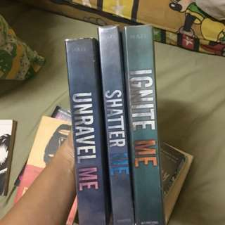 SHATTER ME TRILOGY / piece by piece but price may vary