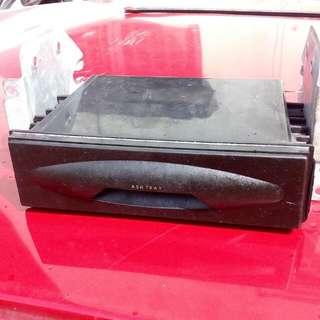 laci bawah radio kereta