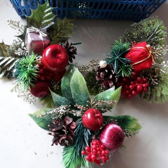 Hiasan natal berry dan pinus