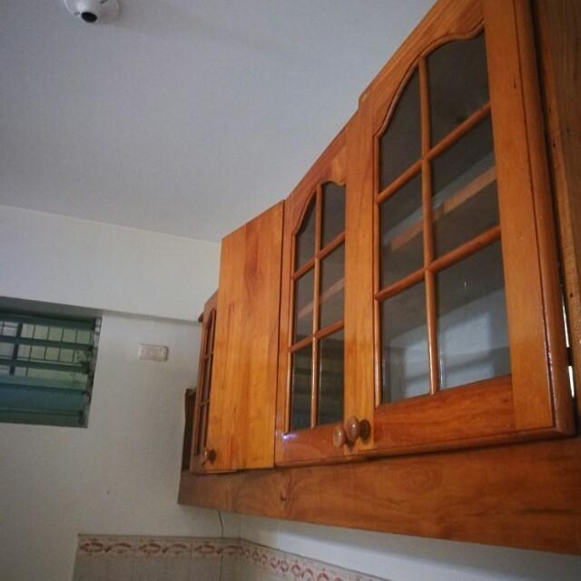Overhead kitchen cabinet