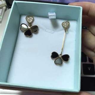 黑色花瓣耳環