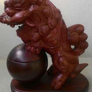 紅木雕獅子香爐 - 獅子站立時即開香爐蓋