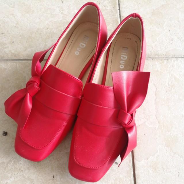 Preloved red shoe