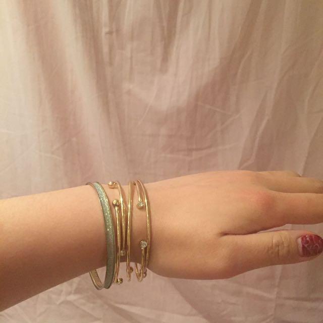 1 set glam look gold bracelets