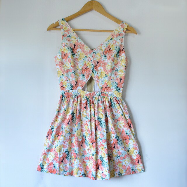 🌟MUST HAVE!🌟 JUST G FLORAL CUT-OUT DRESS