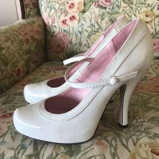 White vintage-style heel