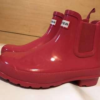 全新Hunter Chelsea boots 亮面桃紅色短雨鞋雨靴  他是很美的桃紅色(家裡黃光 )  原價4980  尺寸US7(24公分)  現在甜甜價格 3600  他團同售