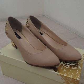 🚚 達芙妮Daphne氣質裸色中跟鞋👠