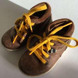 Clarks toddler mid leather shoe. Size uk4.5F