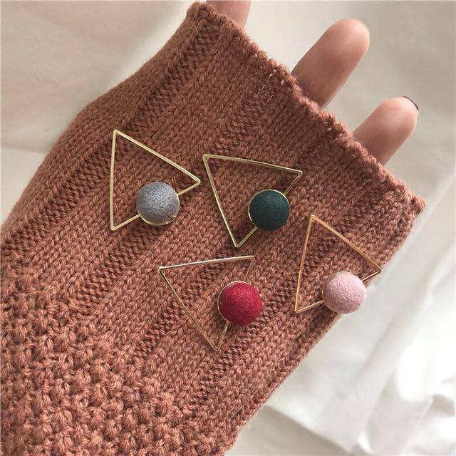 特價))4色金屬三角形絨球耳環