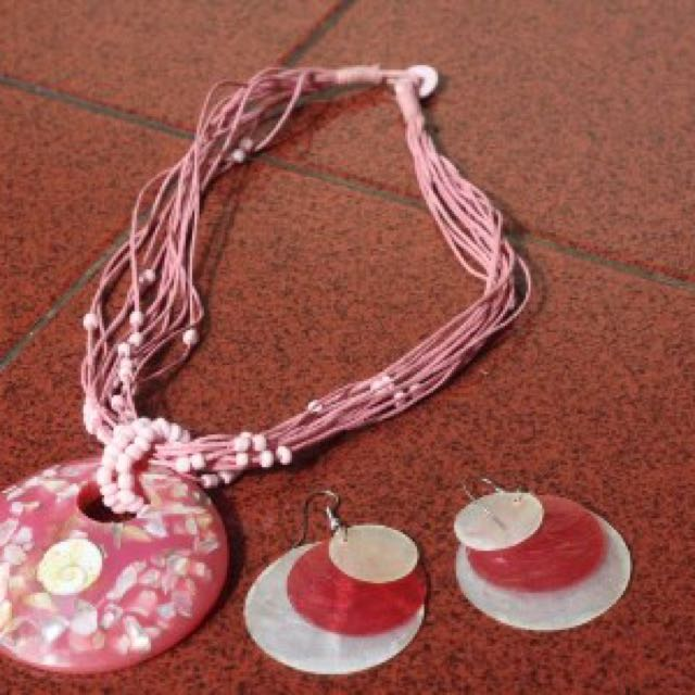 Satu set kalung bali