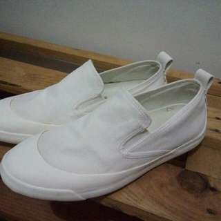 UNIQLO SLIP ON OFF WHITE SHOES SIZE 38 FIT TO 39 (unisex)