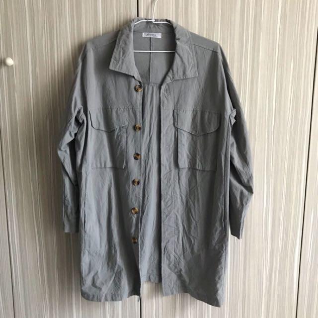 灰綠色長版襯衫
