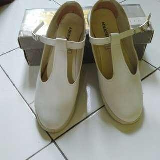 Sepatu Putih Lucu