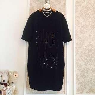 專櫃小品 黑色 圓領子字母閃片刺繡 厚磅彈性萊卡質料抓皺 五分袖慵懶感 雙口袋休閒隨性洋裝