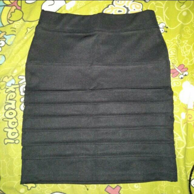 Rok span hitam, size M, pinggang karet, warna masih bagus banget, pnjng 42cm