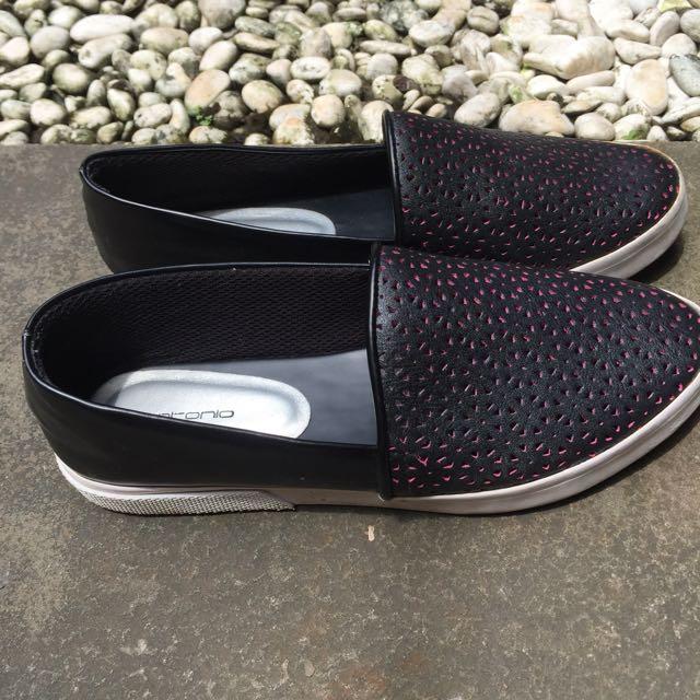 Sepatu merk antonio warna hitam ukuran 36(23cm), kondisi bagus msh enak bgt dipake apalagi buat jalan lama atau kerja.satu sepatu ada yg robek belakangnya dan bs dibenerin ma tukang sol sepatu.