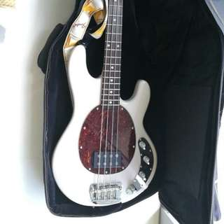 Sterling Musicman ray34  4-string bass pearl white