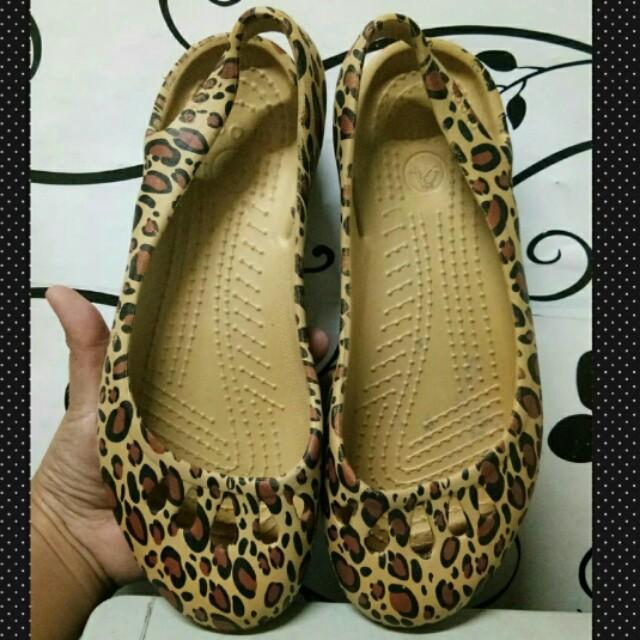 Authentic crocs w7