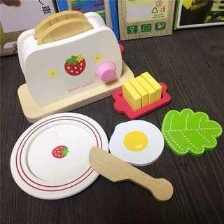 木製草莓吐司機組合 ❴期間限定❵  🍓商品內容:吐司機、吐司*2、盤子、抹刀、奶油、青菜、荷包蛋 🍓商品外盒尺寸:20*9*16公分  來吃早餐囉!來份起司蛋吐司吧~~  洗洗手,把新鮮吐司放進吐司機,按下紅色開關,轉動粉紅色旋鈕,設定喜歡的酥脆度;另一邊開始準備荷包蛋、青菜跟奶油,等吐司烤好後,塗抹奶油再組合,美味早餐上桌囉!🍽  超可愛的草莓吐司機,木製完美收邊、精細打滑不刮手。  🍓包裝️是純白紙盒,非彩盒,介意的dear勿下單  12/13結單 預購