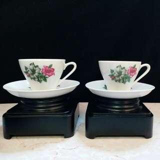 """70年代跟我們一起生活的""""喇叭花""""貼花執耳茶杯壹對。 花卉圖案非常清晰,壹對小碟全新,茶杯有用過痕跡,現入貨價沽售,值得留下收藏回憶。"""
