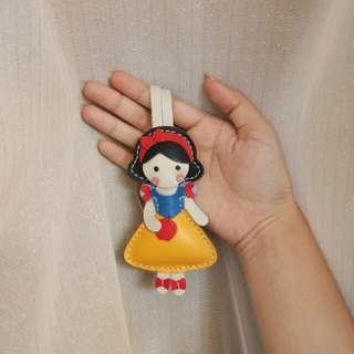 La classique bag charm snow white