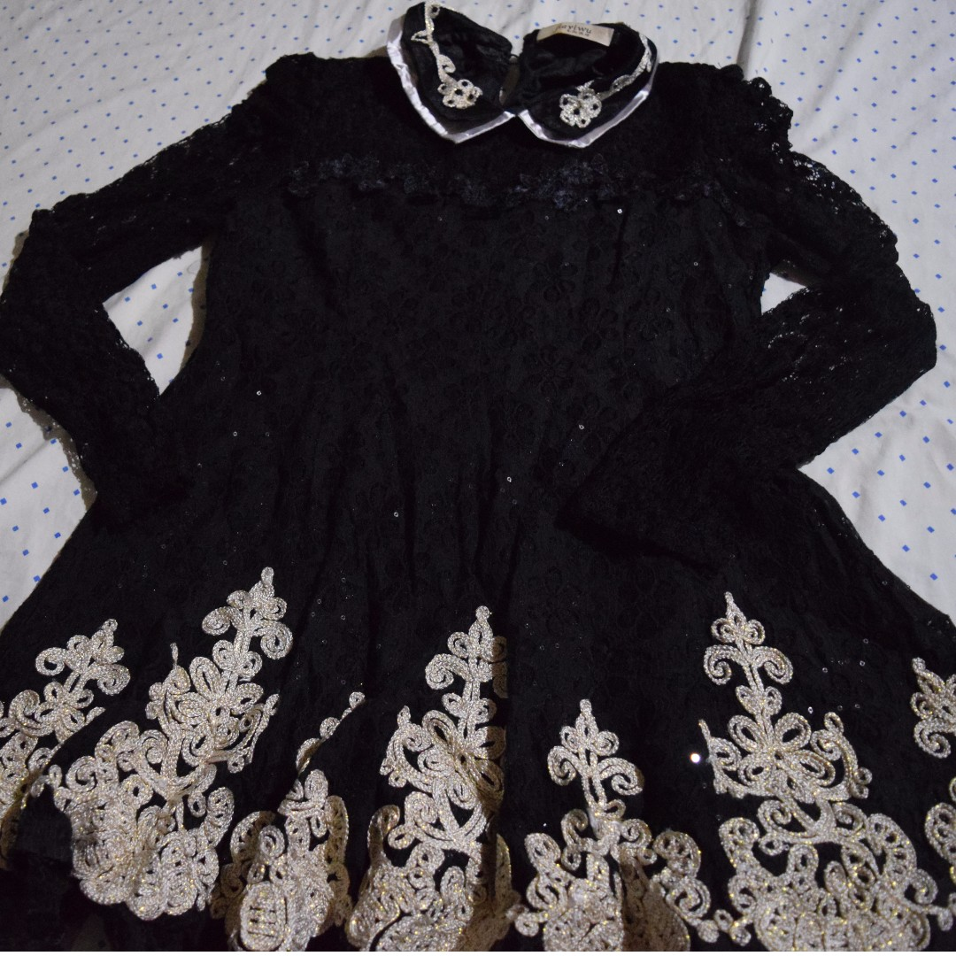 Black long-sleeved laced dress