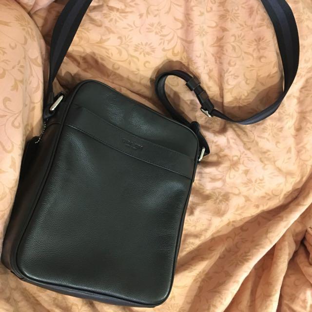 Coach 素面真皮皮革材質🍒中性包斜背包/平板電腦包