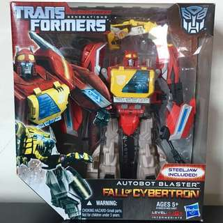 TRANSFORMERS - Generations - Fall Of Cybertron - Voyager Class - Autobot BLASTER Action Figure + STEELJAW
