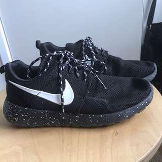 Black and white Nike Roshe