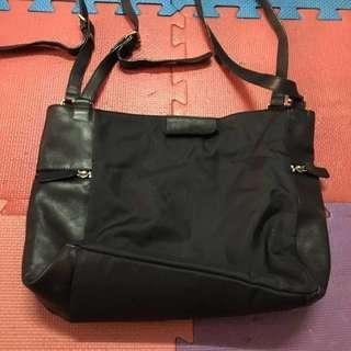 🚚 LA FLORENCE/百貨公司專櫃購入黑色側背肩背包,兩側有拉鍊方便收納手機及鑰匙哦!