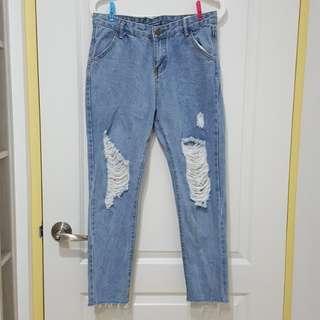 淺藍丹寧刷破不修邊鬚鬚牛仔褲