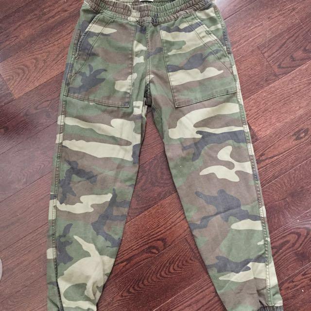 Aritzia TNA camo jogger pants XS
