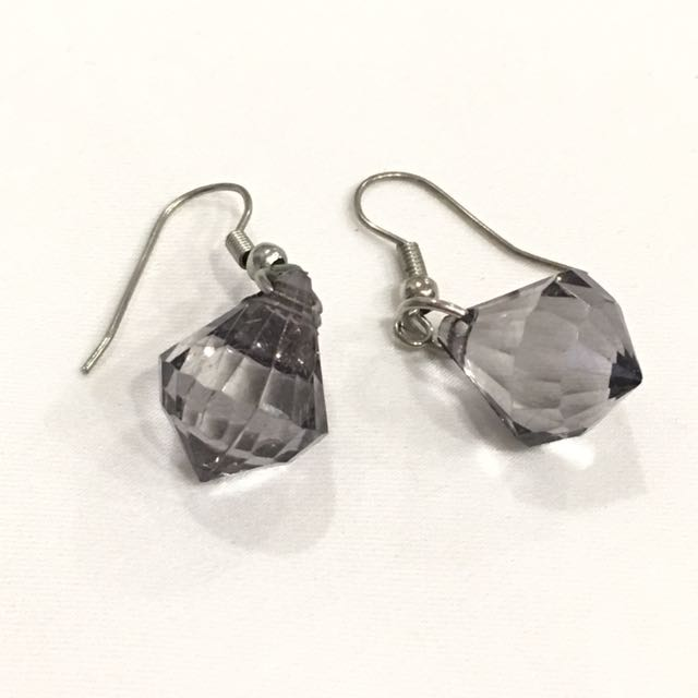 Gasing shaped crystal gray transparent earrings