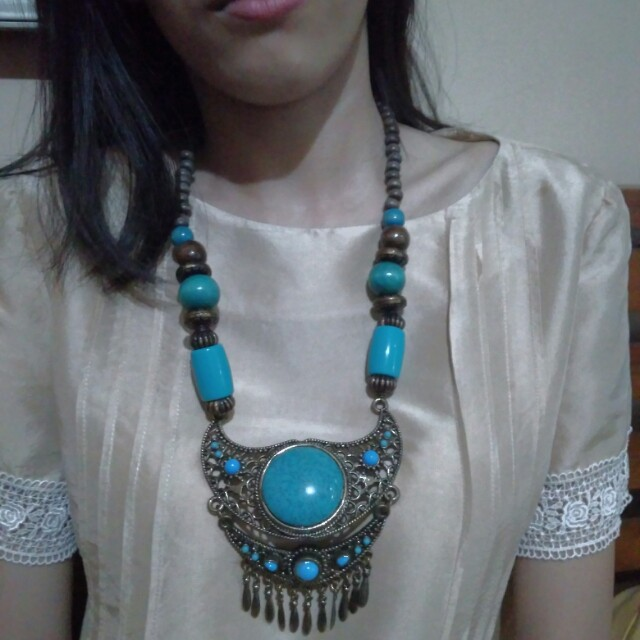 Kalung biru etnik