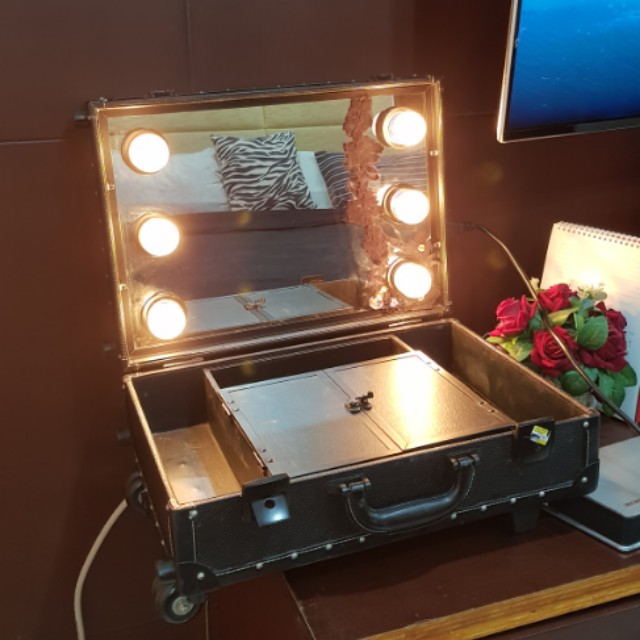 Studio makeup case mirror with light