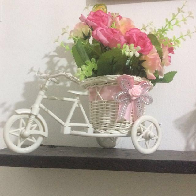 Vase sepeda plus bunga
