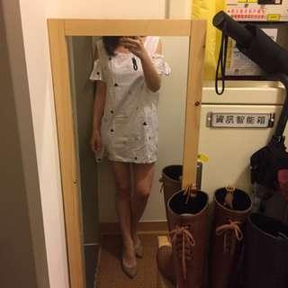 正韓露肩滿版米白米奇刺繡薄棉洋裝